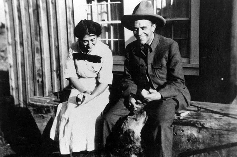 Альдо Леопольд и жена Эстелла сидят с собакой
