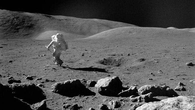 На этой фотографии 1972 года изображен ученый-астронавт Харрисон Х. Шмитт, пилот лунного модуля Аполлона-17, исследующий Луну с помощью регулируемой лопатки для отбора проб.