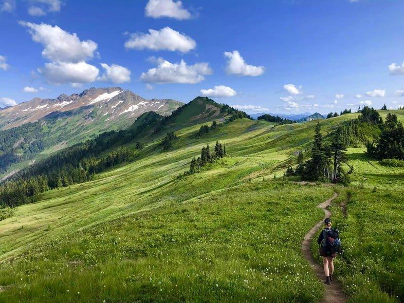 Человек, идущий по Маршруту тихоокеанского хребта в горах, Вашингтон