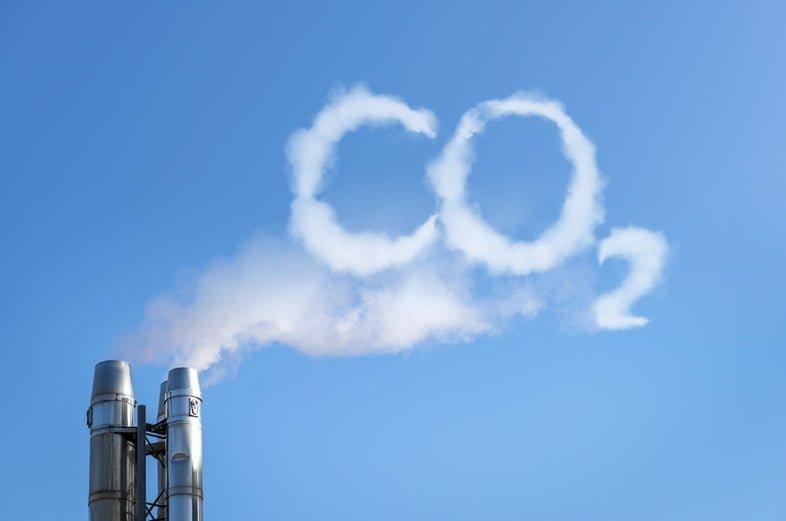 Дым дымохода пишет СО2 в небе