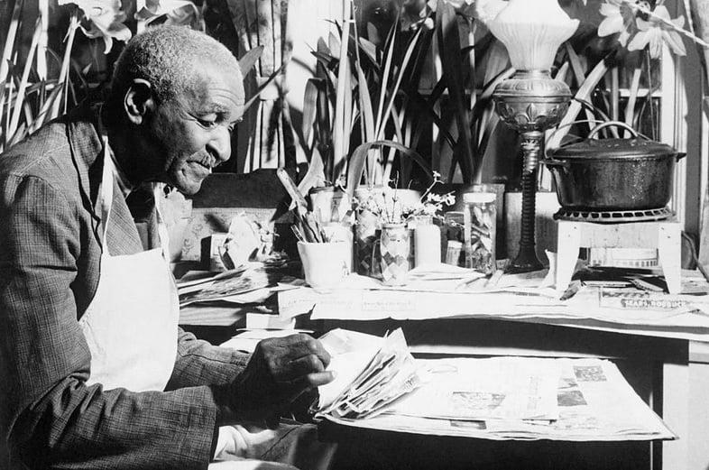 Джордж Вашингтон Карвер за работой в окружении цветов