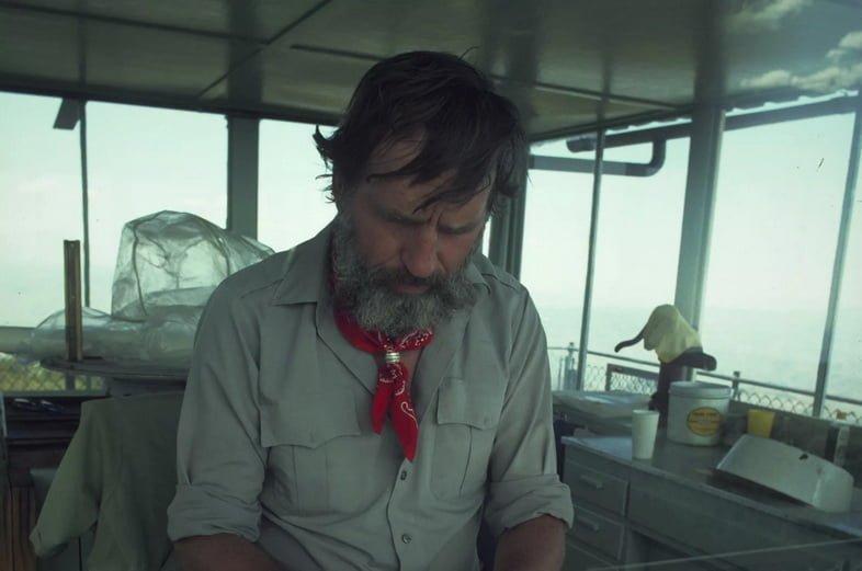 Писатель Эдвард Эбби за работой на лодке