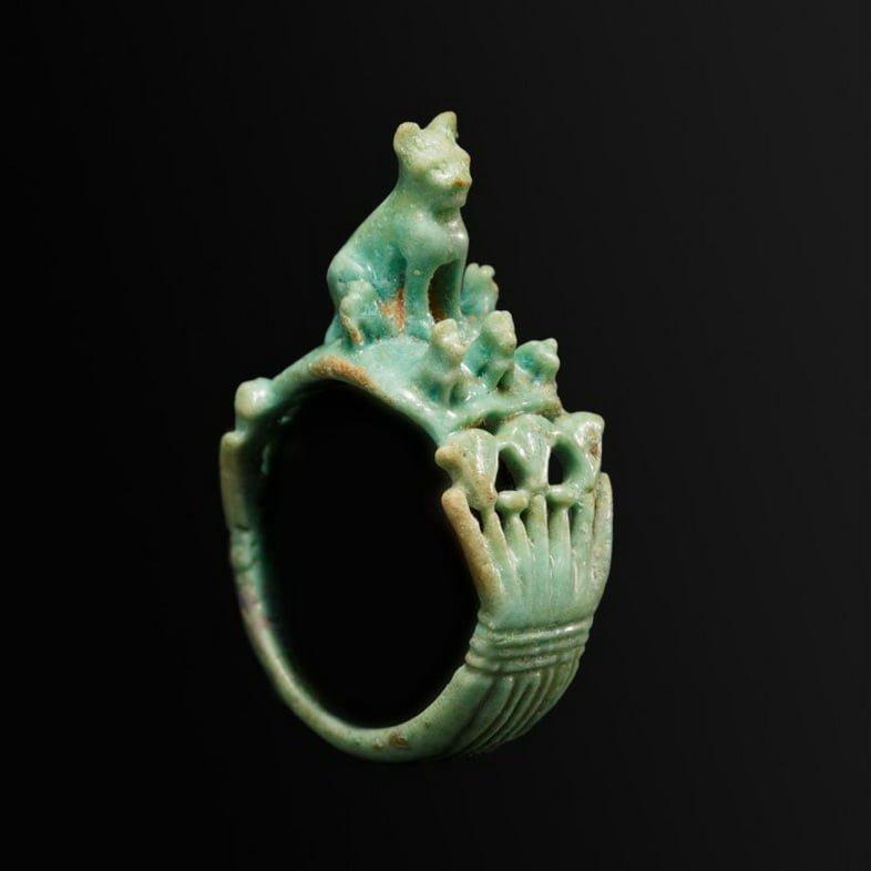 Кольцо из фаянса (глазурованной керамики) с изображением кошки с котятами, датируемое Рамессидом/Третьим переходным периодом Египта