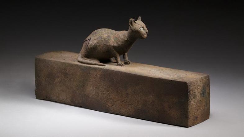 Кошка, вероятно, изображение богини Бастет, на ящике для мумии животного