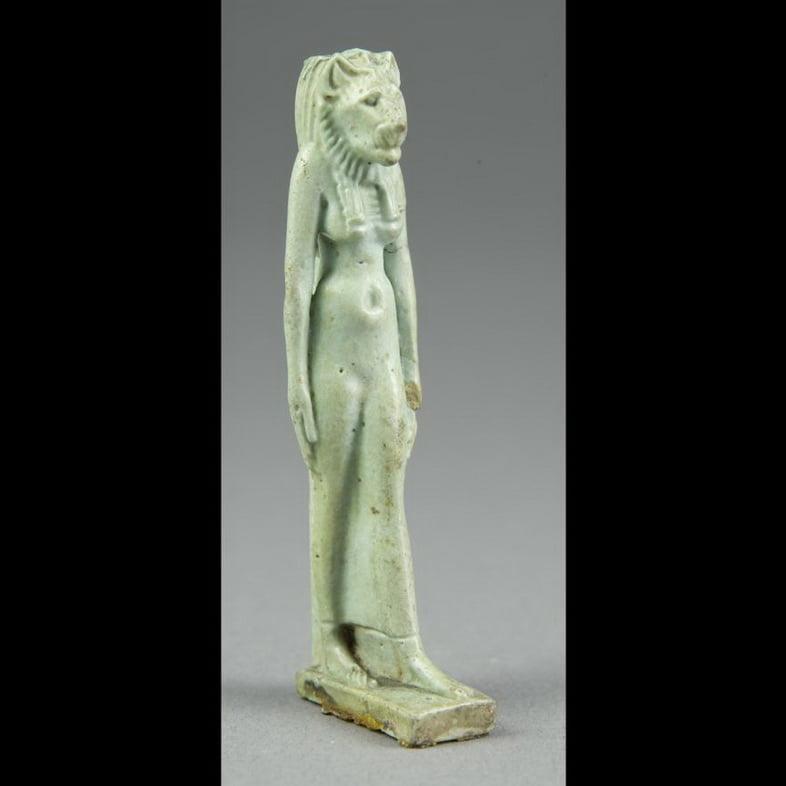 Амулет божества с головой львицы Сехмет, относящийся к Третьему переходному периоду Египта