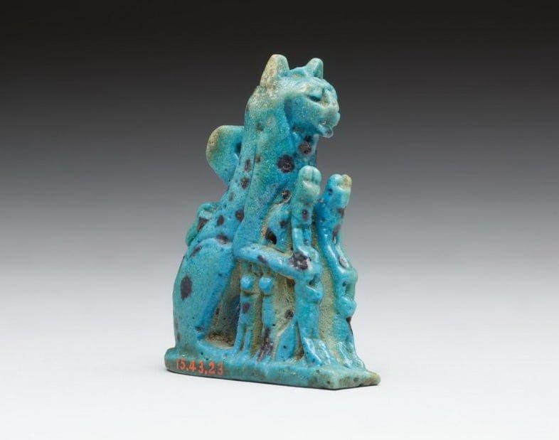 Амулет кошки, изготовленный из фаянса, датируется Третьим переходным периодом Египта или позже