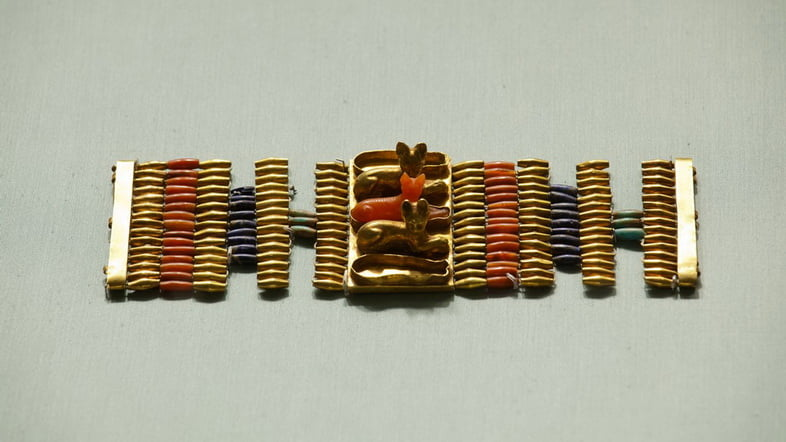 Браслеты-манжеты, украшенные кошками, относящиеся к Новому царству Египта