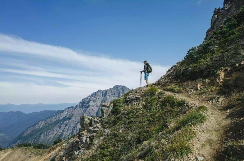 Путешественник, наслаждается горным видом в Козьих скалах, штат Вашингтон