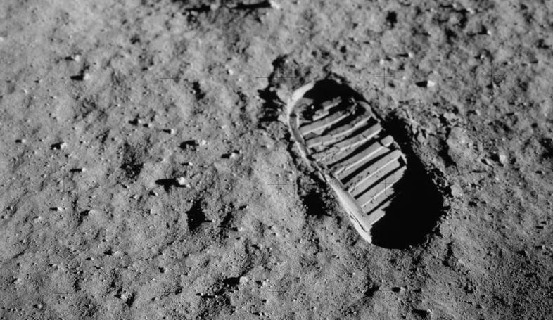 След космонавта на поверхности Луны.