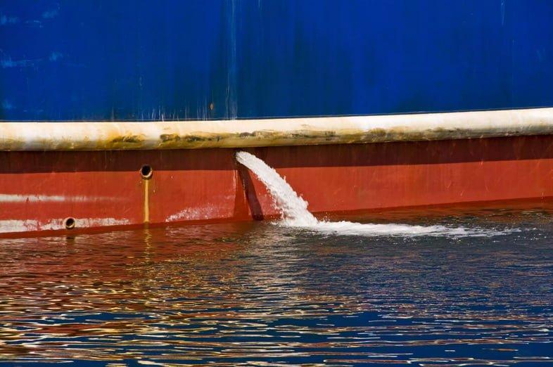 Отток балластных вод из корпуса рыболовного судна