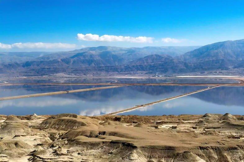 Искусственные соляные пруды в южной части Мертвого моря.