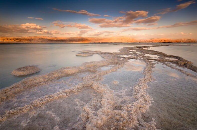 Вид на Мертвое море и его солевые отложения