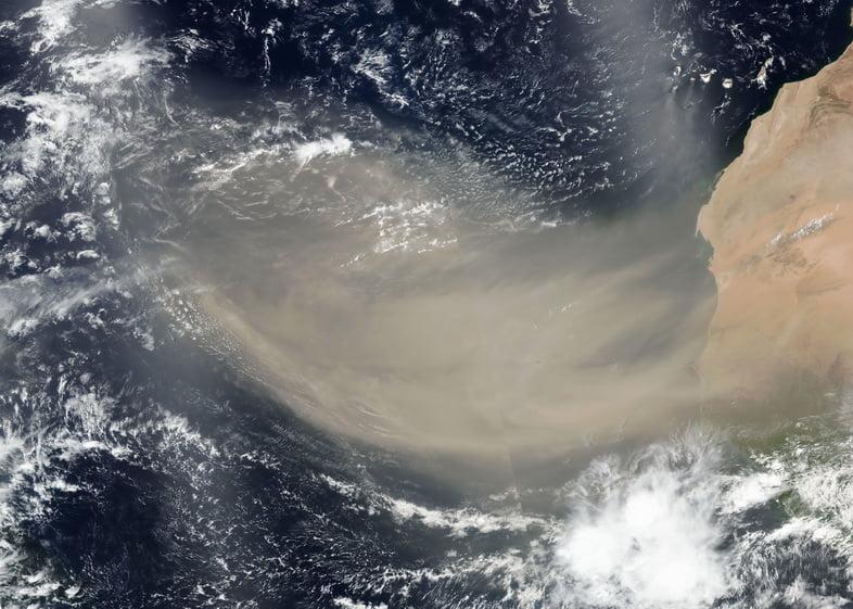 Спутниковый снимок шлейфа пыли Сахары