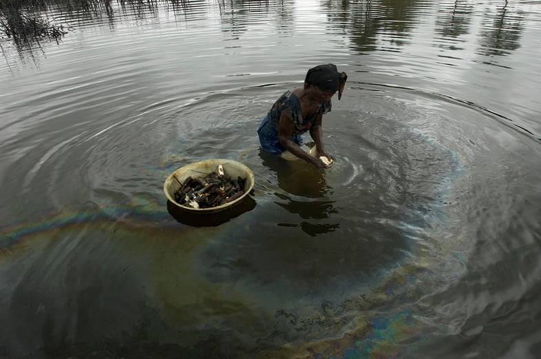 Разлив нефти Shell загрязняет воду в Нигерии