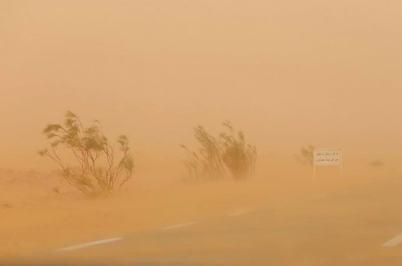 Туманный вид на африканскую дорогу во время пыльной бури