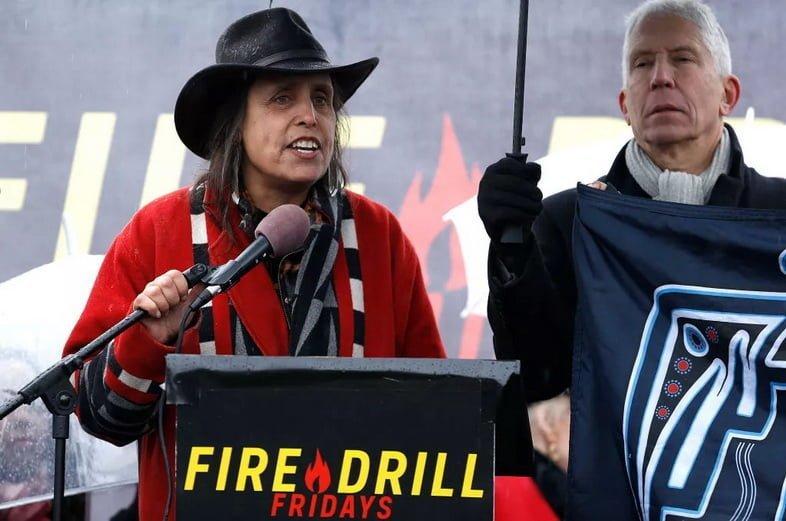 Вайнона ЛаДьюк выступает на протесте против изменения климата