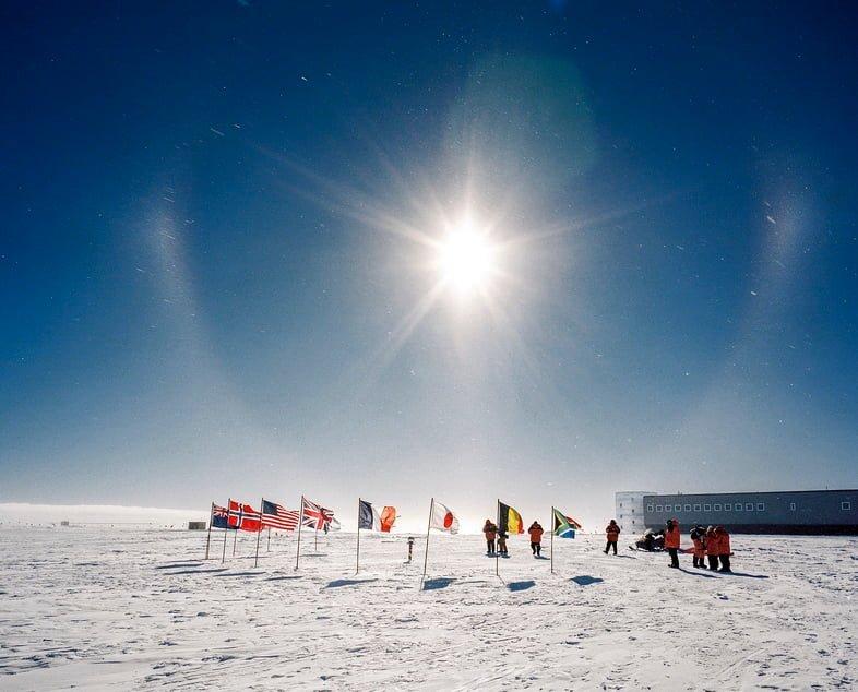 Флаги и люди на Южнополярной станции Амундсен-Скотт