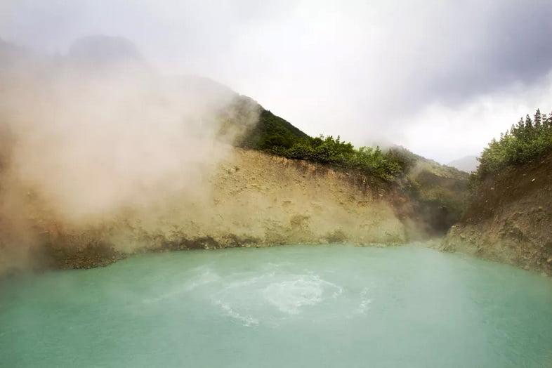 Пар поднимается из бассейна с бледно-голубой водой