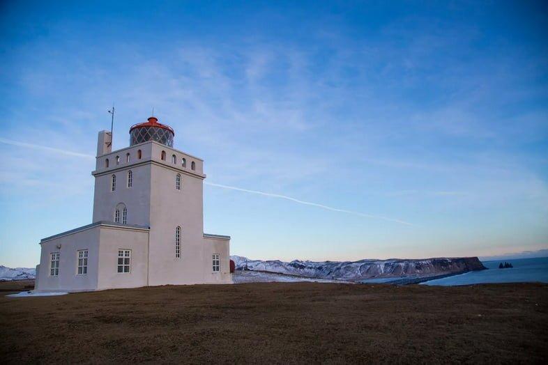 Маяк Дирхолей на южном побережье Исландии в сумерках