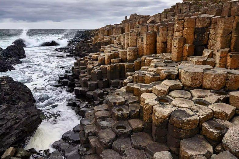 Шестиугольные базальтовые колонны, спускающиеся в море
