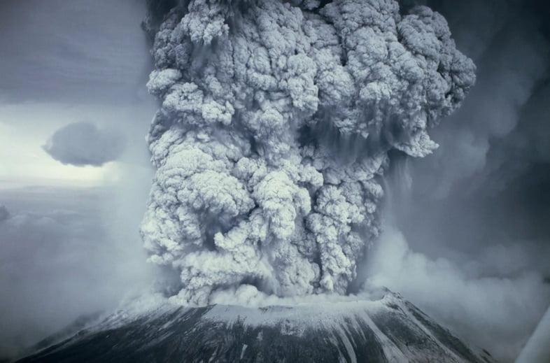 Крупным планом – вертикальный шлейф пепла на вулкане Сент-Хеленс