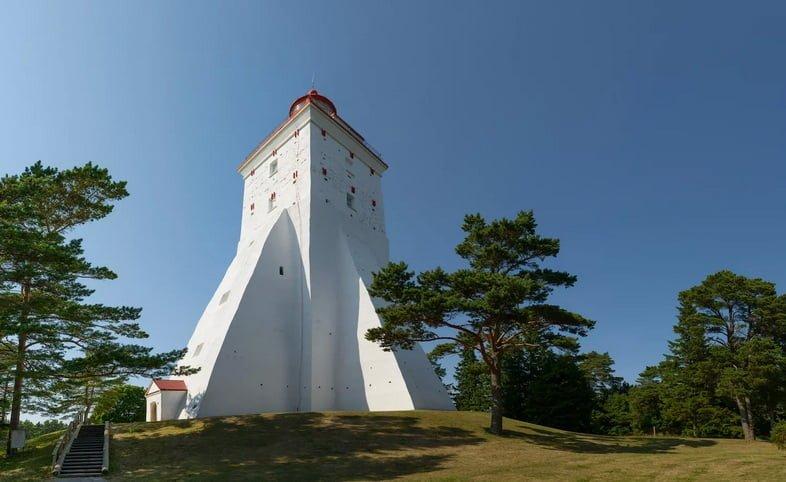 Взгляд вверх на маяк Кыпу в Эстонии в ясный день.