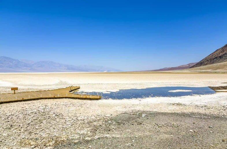 В основном высохший бассейн Бэдуотер в национальном парке Долина Смерти