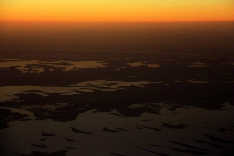 Вид с воздуха на озеро Чад на закате