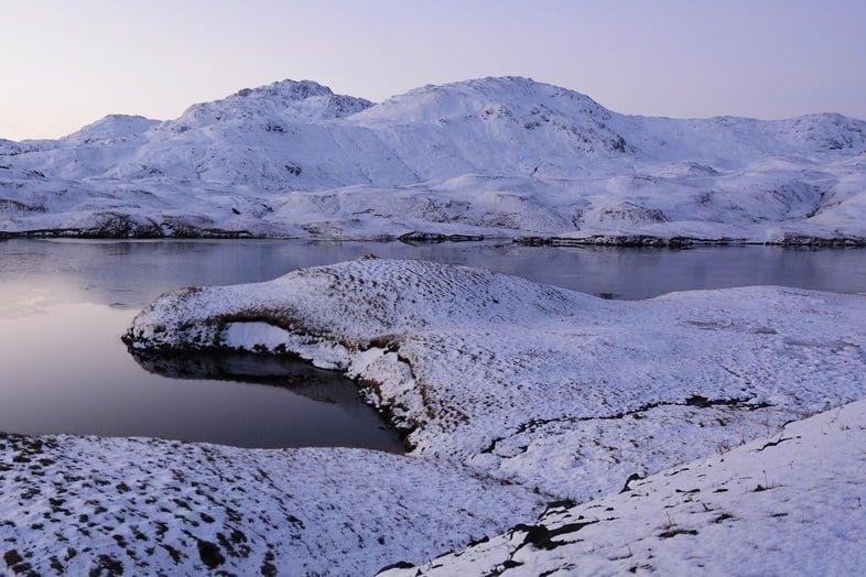 Снежная сцена на озере Леоне. Остров Адак, Аляска