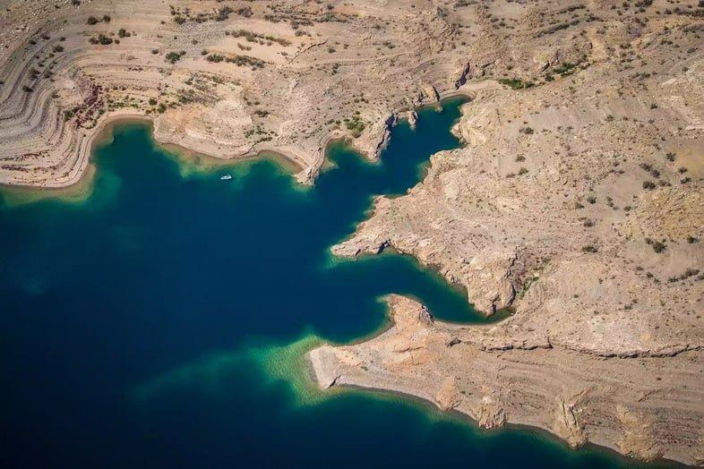 Взгляд с высоты на озеро Мид в окружении пустыни.