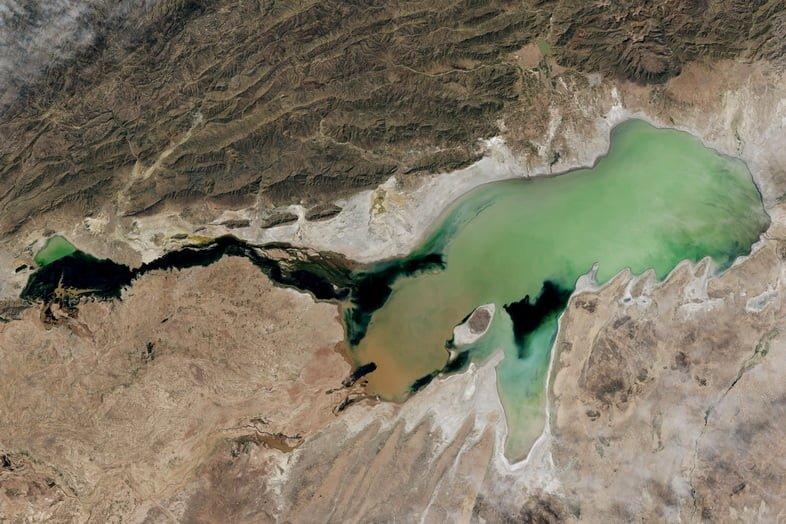 Вид со спутника на зеленое озеро Поопо, 2013 год