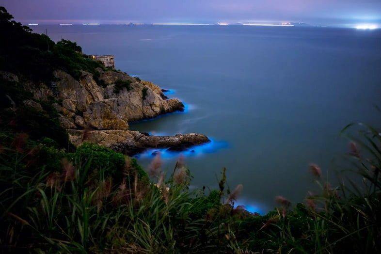 Биолюминесценция вдоль кромки воды, где она встречается с сушей в Мацзу, Япония.