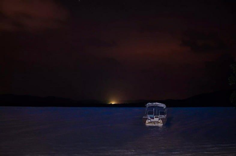 Лодка и восход солнца над биолюминесценцией в заливе Москито, Вьекес, Пуэрто-Рико