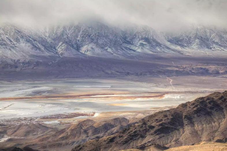 Вид с высоты на высохшее озеро Оуэнс со снежными горами