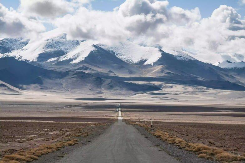 Памирский тракт в Таджикистане на фоне вырисовывающихся Памирских гор