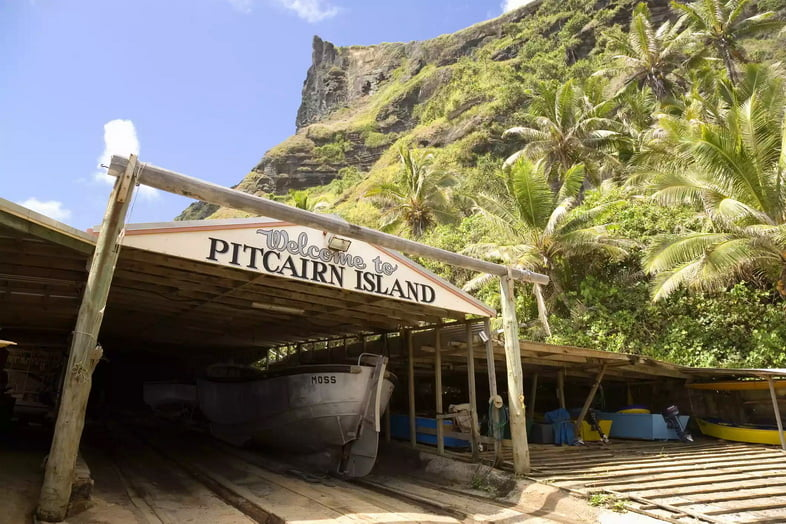 Лодочный двор и пальмы на острове Питкэрн