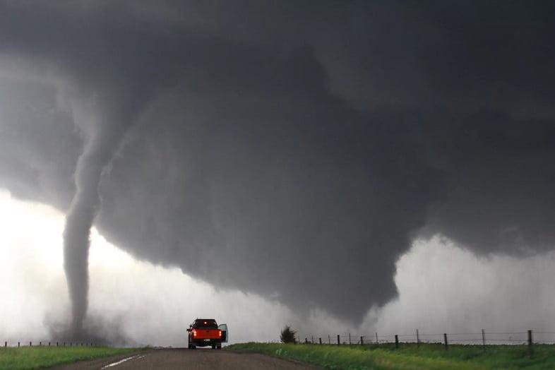 Шторм преследует двойные торнадо