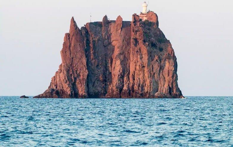 Маяк Стромболиккьо находится на вершине гигантской морской скалы на Эолийских островах Италии.