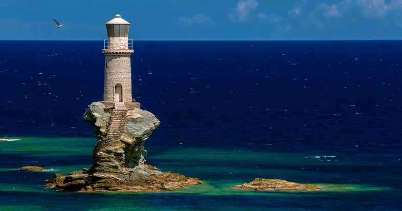 Маяк Турлитис на Андросе, Греция, в ярко-синий день