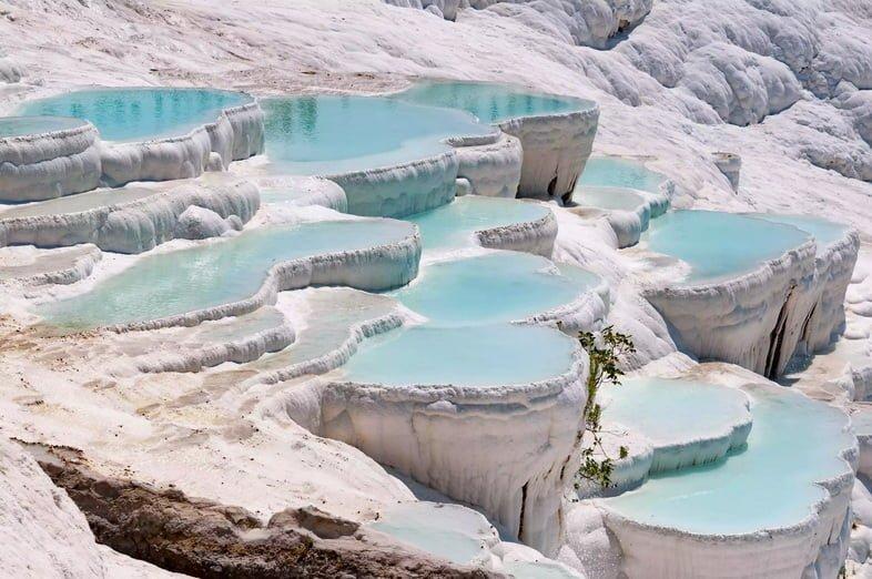 Бирюзовые бассейны на террасах из травертина в Памуккале, Турция