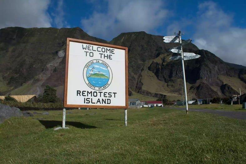 Вывеска «Добро пожаловать на самый отдаленный остров» на Тристан-да-Кунья