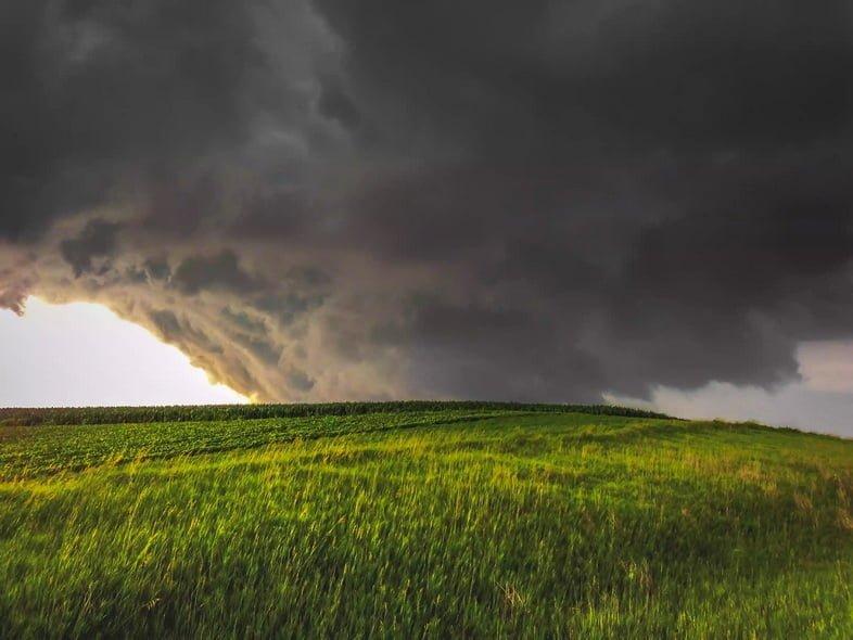 Широкий торнадо-клин на закате