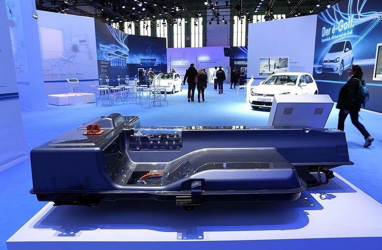 Аккумулятор электромобиля на выставке во время Недели электрической мобильности.