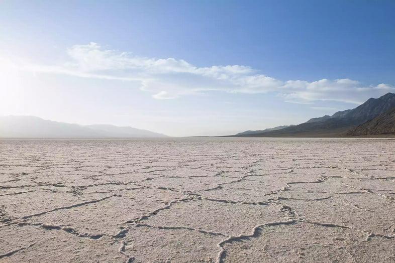 Трещины в сухом пустынном ландшафте Долины Смерти, Калифорния