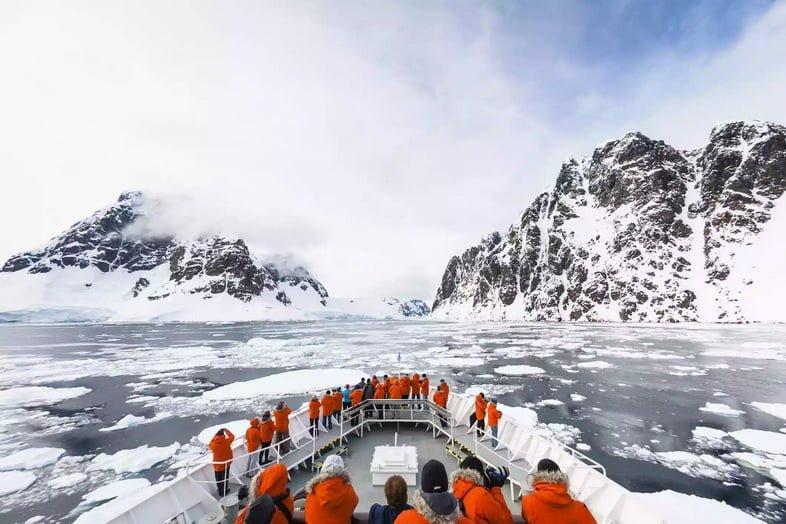 Круизный лайнер приближается к проливу Лемэр в Антарктиде.
