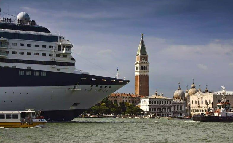 Круизный лайнер входит в Венецию, Италия