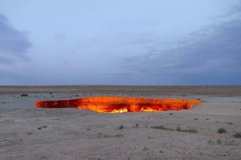Газовый кратер Дарваза горит красным посреди пустыни