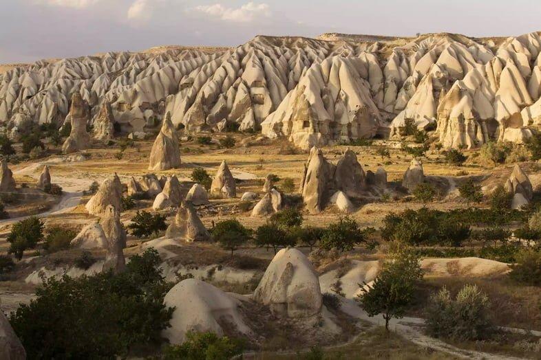 Скалы в форме дымохода в одной из долин Каппадокии