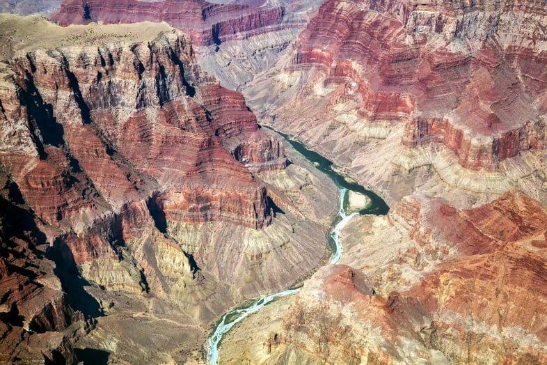 Вид с воздуха на реку Колорадо, пересекающую Гранд-Каньон