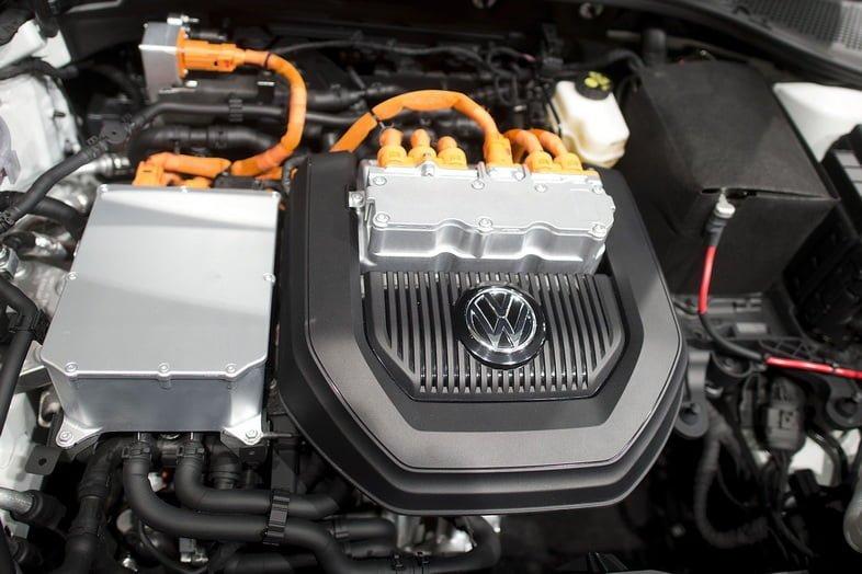 Открытый капот электромобиля Volkswagen e-Golf показывает его мотор.